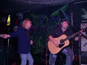 Bob Catley, Patricia & Fran (Nexx): Sala Rock Beer The New (Santander) 18/10/2003